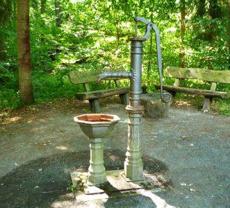 Oldtimer-Handschwengel-Pumpe