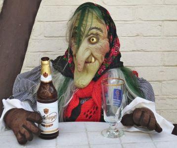 Hexe mit Bier