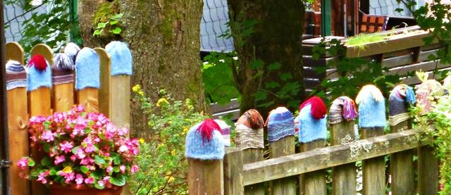 Skimützen am Zaun