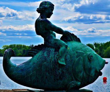 Kind-auf-Fisch Skulptur