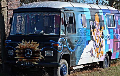 Hippie-Bus mit Ganesha-Bild im Mühlendorf