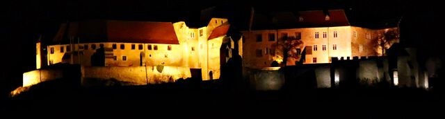 Die Neuenburg bei Nacht