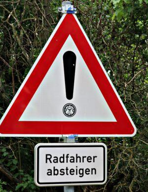 Vorsicht steile Abfahrt