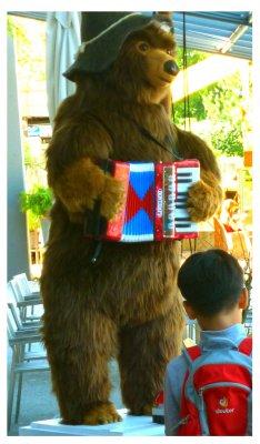 Musizierender Bär