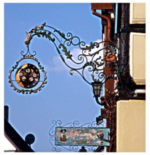 Eguisheim: wunderschöne schmiedeeiserne (Berufs)Schilder