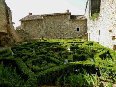 Pérouges: Garten der Ste-Marie-Madeline-Kirche